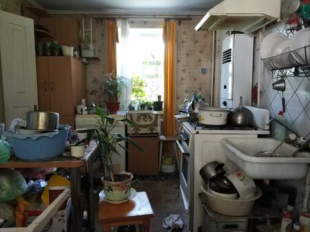 mess and dump. An old room with lots of things. Devastation. Very small housing. Banque d'images