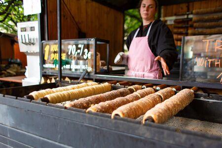 Popularny narodowy street food w Czechach. Pieczenie na ulicznych straganach popularnego Trdlo
