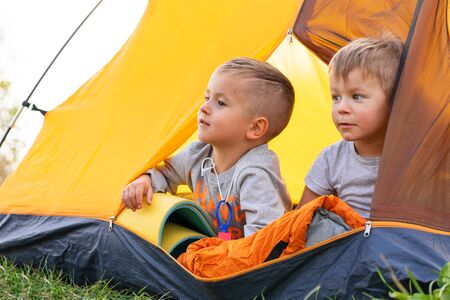 Niño en una tienda de campaña. Camping en la naturaleza