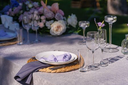 The festive table is served and decorated with fresh flowers. Details of festive decorations with fresh flowers. Stok Fotoğraf