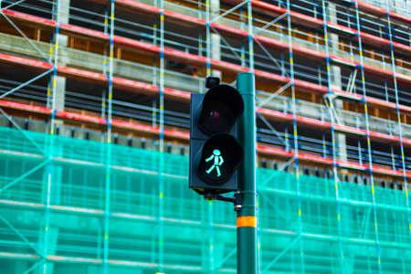 Pedestrian crossing traffic light with green man. 免版税图像