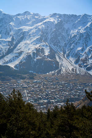 Spectacular mountain landscape. Snow-capped majestic mountains. Early spring. Banque d'images