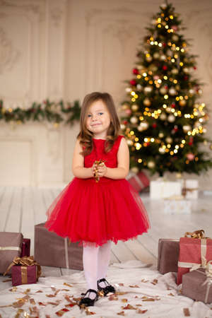 The child is excited about the Christmas holidays by throwing tinsel around. Banque d'images