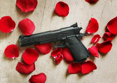 rosas rojas: Arma negro p�talos de rosas rojas en el suelo