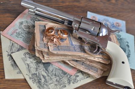 金、現金、および銃 写真素材