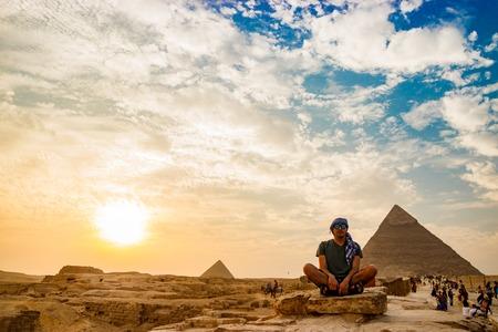 カイロ、エジプトのピラミッドの近くの瞑想