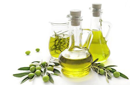 fles olijfolie en groene olijven op witte achtergrond Stockfoto