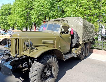 blackout: Sovjet militaire standaard vierwielaandrijving vrachtwagen van 196070s ZIL157 met canvas top vervoeren lier en verduisterende koplamp