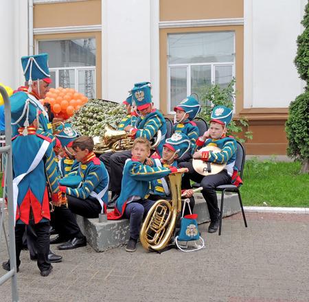 pensiveness: Bandmaster e la sua band di alunni prima prestazione. I Festival di Musica di Children39s Brass Band sulla piazza centrale della citt�.