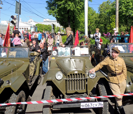 part of me: Retrocar de la Segunda Guerra Mundial soviético militar allwheeldrive luz vehículo camioneta jeep GAZ67. Hombre cerca del vehículo en el uniforme de la unidad del ejército polaco formado en la Unión Soviética en 1944 del I Cuerpo Polaco previamente existentes como parte del Ejército People39s de Pola Editorial