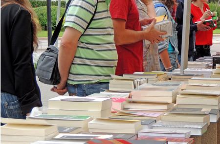Les lecteurs choisissent un livre dans une stalle de livre