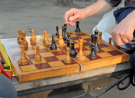 mind game: To progress in the game of chess on the bench Stock Photo