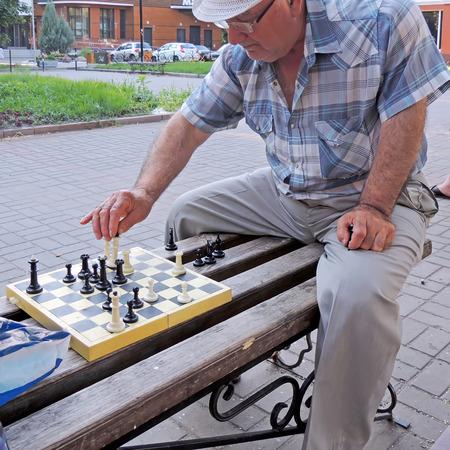 uomini maturi: Occhiali Uomini maturi giocare a scacchi in panchina nella citt� giardino pubblico