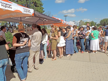 ice cream stand: Townspeople stand in a queue for ice cream and fast food in the city park at the festival Healthy Voronezh