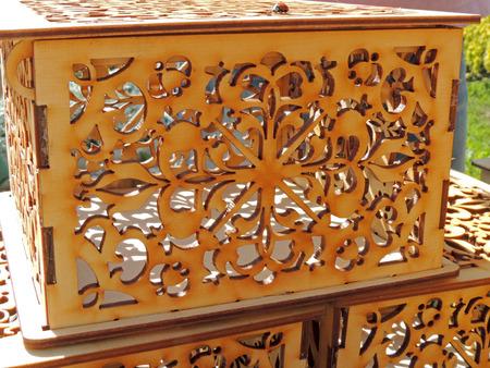 grecas: Ornamentada por la greca caja vac�a con Coccinellidae se sent� a la cubierta superior en el soporte de la calle