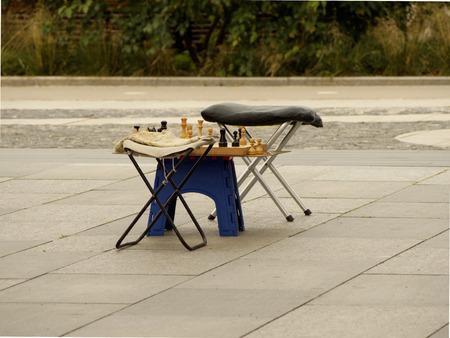 mente humana: Campings taburetes con juego de ajedrez sin terminar en la acera en el parque