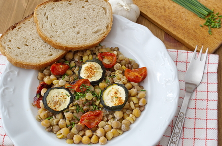 consist: healthy dinner Consist of legumes and vegetable served with bread
