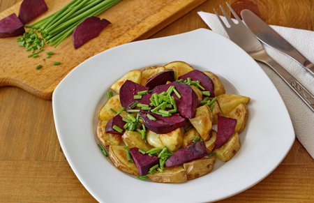 chive: healthy dinner - beetroot, potatoes and chive