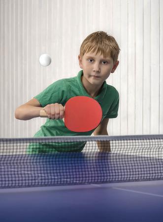 Niño jugar tenis de mesa Foto de archivo - 49095511
