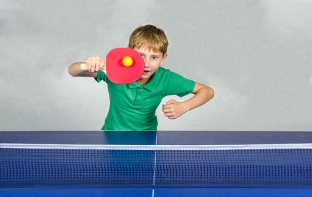jongen het spelen tafeltennis Stockfoto