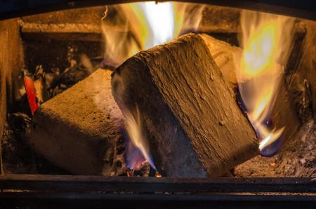 quemadura: briquetas se queman en la chimenea