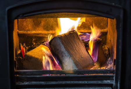 holzbriketts: Briketts brennen im Kamin