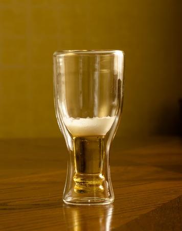 vasos de cerveza: cerveza fresca luz en vidrios Foto de archivo