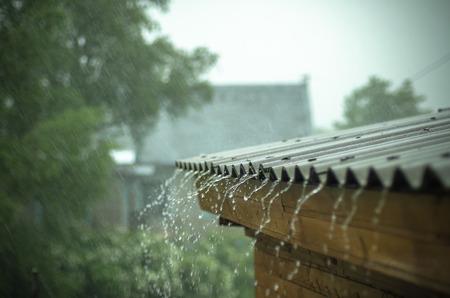 regen naar beneden stroomt van een dak naar beneden Stockfoto