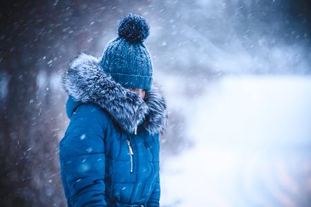 meisje heeft gesmoord in een warme kraag van een sneeuwstorm Stockfoto