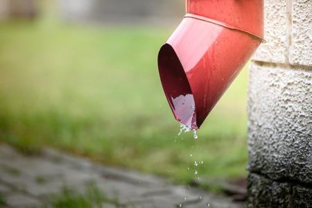 배수관에서 빗물이 흘러 내린다. 스톡 콘텐츠