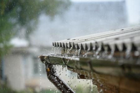 Lluvia fluye hacia abajo desde el techo hacia abajo Foto de archivo - 86360841