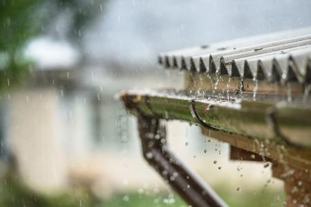 비가 지붕에서 아래로 흐른다.