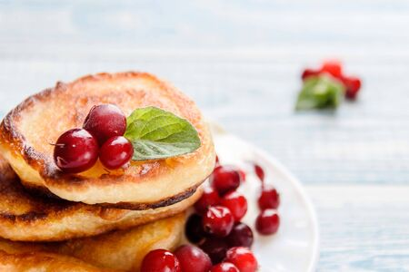 Pancakes with sour cream and berries. Summer cottage delicacies Standard-Bild - 128057060