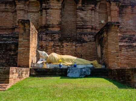 Thai architecture Ancient times,Most materials are brick and mortar,forming a wall and floor,The surrounding area has a beautiful Buddha statue,On the bright day