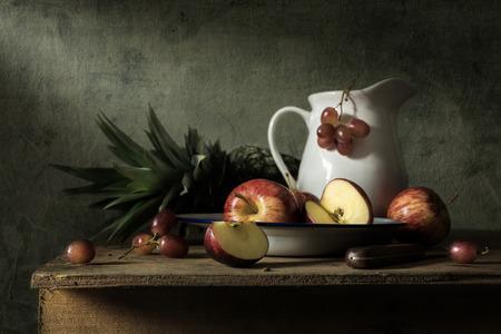 Naturaleza muerta con frutas en la mesa de madera