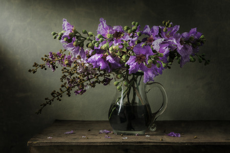 Naturaleza muerta con flores sobre la mesa de madera Foto de archivo