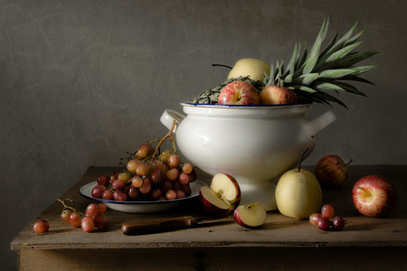 стиль жизни: Натюрморт с фруктами на дерево стол Фото со стока