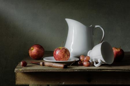 Stilleben mit Früchten und Geschirr