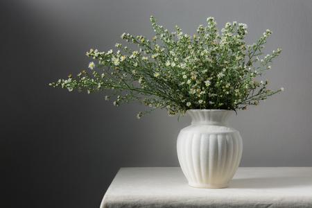 テーブルの上に花のある静物