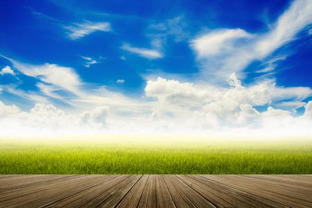 青空: モーション ブラー、フィールドと木製の床の上の雲と青い空、自然の背景を持つイメージ