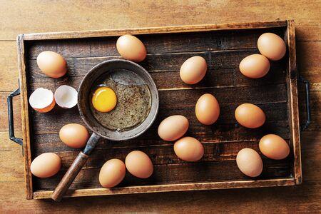 Chicken eggs in wood tray Standard-Bild