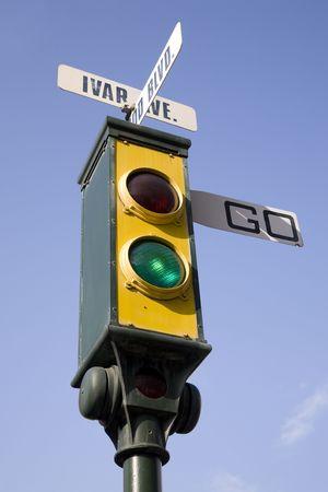 traffic signal: Vintage retro signalisation sur un fond de ciel bleu indiquant aller  Banque d'images