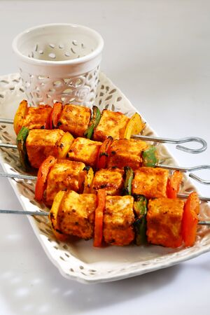 Tandoori Paneer Tikka or Marinated Cheese cubes with spices and yogurt, Indian Dish Foto de archivo