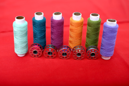 Picture of spool thread and bobbin on the red cloth. Banque d'images