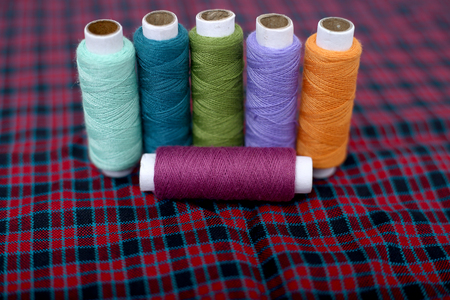 Picture of multi colored sewing thread on the cloth. Banque d'images