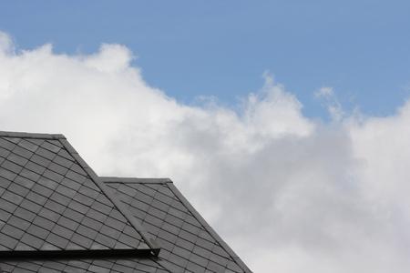 Leien dak tegen de blauwe hemel Stockfoto