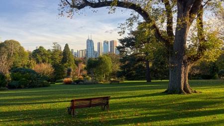 이리와 멜버른 환상적인 정원 중 하나에 앉아 전망을 즐길 수 있습니다.