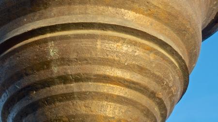 oxidated: detalles de una gran campana de bronce, con muchos detalles