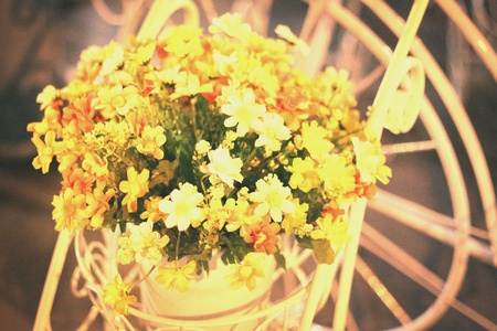 bright: Beautiful wedding flower decor.