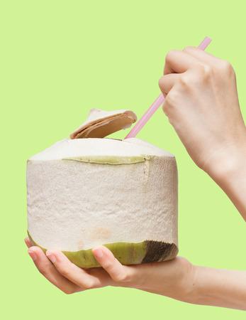 buena salud: Beber agua de coco para la buena salud Foto de archivo